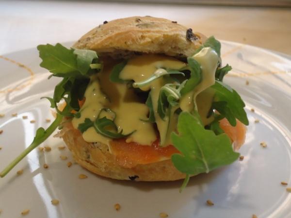 Salmón, pan, aceitunas negras, rúcula, salsa de mostaza, miel